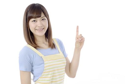 人物 屋内 白バック 白背景 日本人 1人 女性 20代 30代 エプロン  奥さん 奥様 婦人 家庭人 夫人 主婦 若い ポーズ 合図 手 指 指差し 指さし 指をさす 指を差す 一番 1番 1 一つ ひとつ 片手を上げる mdjf018