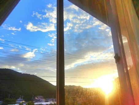風景 日暮れ 窓 山 日光 晴れ 住宅 家 晴天 青空 青 ブルー 空 スカイ スカイブルー 水色 雲 太陽 ひかり キラキラ まぶしい 夕日 夕方 夕焼け オレンジ 神々しい 自然 景色 田舎 のどか ゆっくり 癒し リラックス 気持ちいい 秋 涼しい 四国 高知