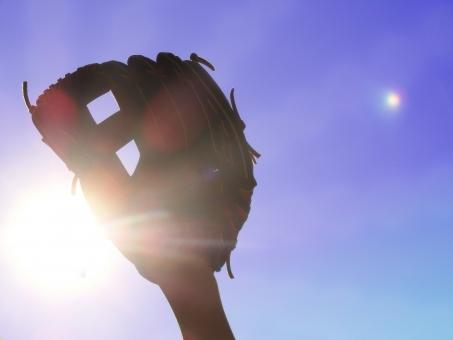 グローブ 野球 空 青空 太陽 少年野球 ボール スポーツ 試合 クラブ 部活 ベースボール 反射 光 草野球 野球素材 やきゅう 晴天 夏 春 ブルースカイ スカイブルー 少年 キャッチボール キャッチ ピッチャー テクスチャ グラウンド
