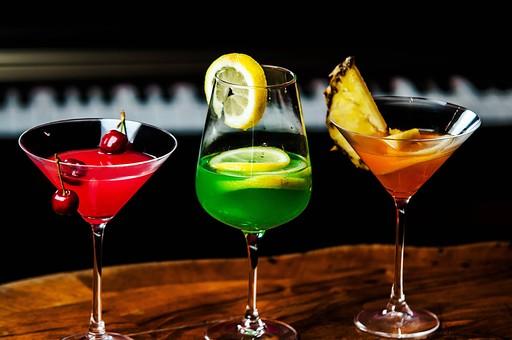 酒 洋酒  グラス 透明 お酒 アルコール 飲み物 飲料 高級感 クラブ バー 物撮り 人物なし 斜め上から視線  カクテル チェリー さくらんぼ レモン スライス 黄 グリーン パイナップル カクテルグラス 三杯 3個 レッド 赤 壁 4個 ピアノ 鍵盤 テーブル カウンター アップ ズーム 接写 緑 イエロー