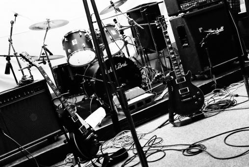 ギター ベース ドラム バンド ライブ アンプ スタジオ 楽器 コード マイク モノクロ 白黒 音楽