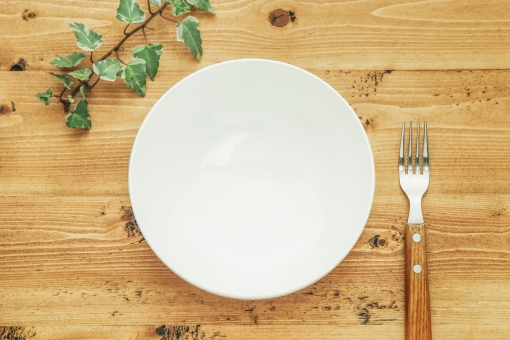 白い皿と木目背景の写真