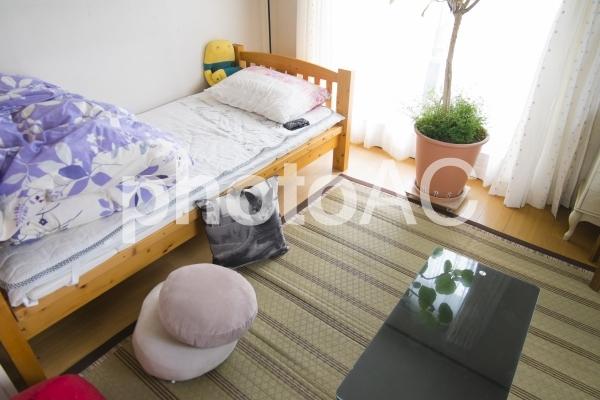 女性ひとり暮らしの部屋の写真