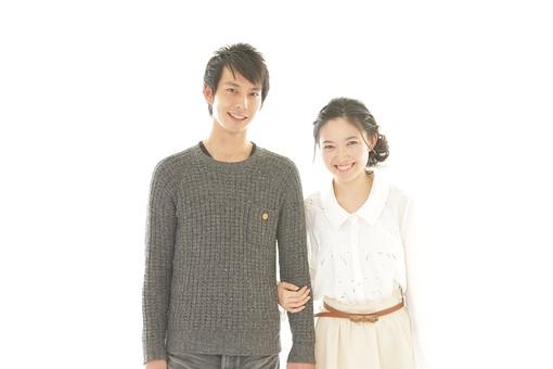 人物 男性 男子 女性 女子 若い デート カップル アベック 夫婦 新婚 白バック 白背景 部屋 室内 日常 生活 仲良し 笑顔 円満 楽しい 和やか 幸福 幸せ ハッピー 日本人 mdjm008 mdjf026