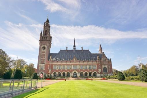 オランダ ヨーロッパ 法律 紛争 解決 平和 裁判 小和田 青空 建物 庭 芝生