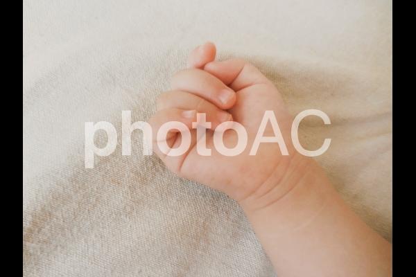 赤ちゃんの右手の写真