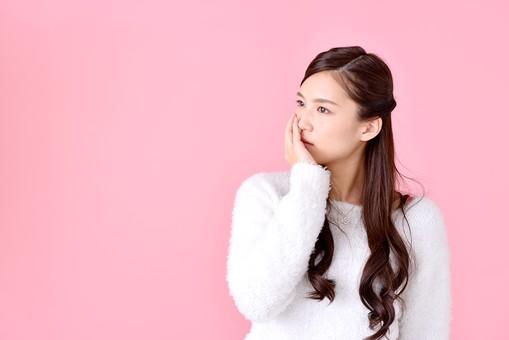 人物 女性 日本人 若者 若い   20代 美人 かわいい ロングヘア カジュアル  ラフ 私服 セーター ニット 屋内  スタジオ撮影 背景 ピンク ピンクバック ポーズ  おすすめ 上半身 悩む 考える 思案中 頬杖  mdjf007