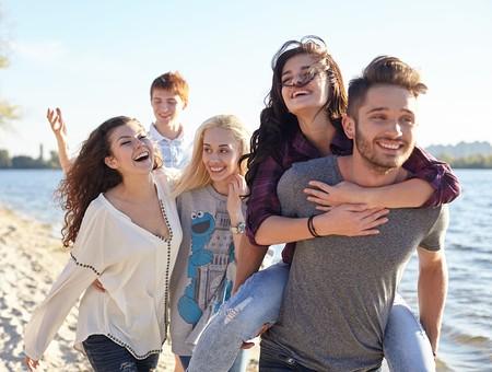 人物 外国人 モデル 男性 女性   男女 複数 グループ 仲間 友達   20代 若者たち 大学生 屋外 野外 自然 空 湖 水辺 水際 仲良し 戯れる はしゃぐ 笑顔 楽しい おんぶ アウトドア 青春   mdff025 mdff026 mdff027 mdfm007 mdfm009