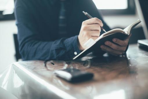 オシャレなオフィスで仕事する男性の手元9の写真