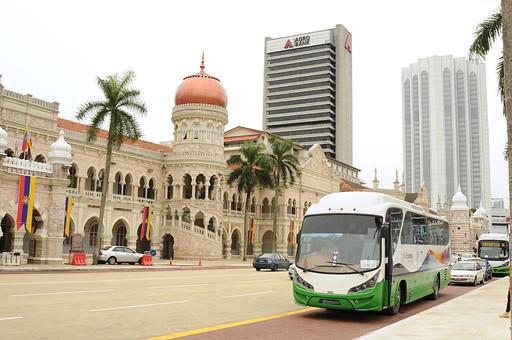 外国 東南アジア マレーシア マレー半島 クアラルンプール 首都 世界都市 KL 観光地 観光 名所 建物 歴史 古い 伝統 ムルデカ広場 ムルデカスクエア 独立広場 自動車 道路 交通 国旗 空 室外 屋外 景観 ビル 高層ビル