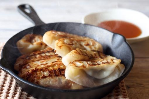餃子 中華料理 焼き餃子 フライパン スキレット 料理 食べ物 中華 ギョウザ ぎょうざ ギョーザ 点心 調理 中国料理 焼きギョウザ 食事 食材 焼きぎょうざ 焼餃子 飲茶 焼ギョウザ