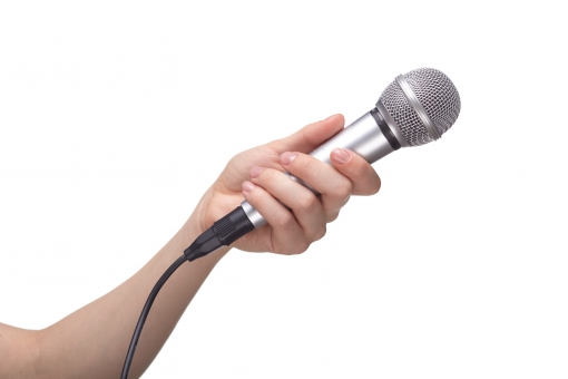 マイク マイクロフォン ハンドマイク 有線 コード シルバー メタリック 手 片手 左手 手首 左腕 肘 素肌 つかむ 持つ 握る 向ける かざす 聞く 音響 音声 サウンド オーディオ 機器 発表 司会 インタビュー ハンドポーズ ポーズ ハンドパーツ パーツ 白バック 白背景