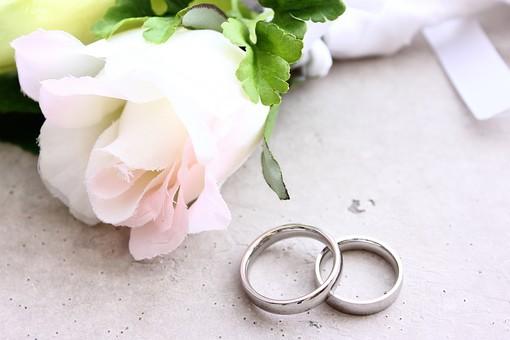 白 結婚式 花 ブートニア ブライダル 花婿 結婚 花束 きれい 美しい 上品 かわいい 可憐 記念 記念日 緑 グリーン 葉 大切 リボン ピンク プレゼント ギフト 思い出 バラ 薔薇 ミニバラ指輪 リング ペアリング