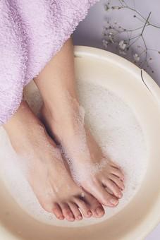 足 脚 あし フット 裸足 素足 女性 女 女子 ウーマン 20代 30代 足元 脚の甲 足の甲 フットケア 両足 両脚 人物 若い 若者 美容 ヘルスケア おしゃれ お洒落 ファッション 白背景 肌 スキンケア 足の指 泡 洗う お手入れ タオル