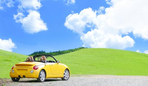 明るい高原をドライブの写真