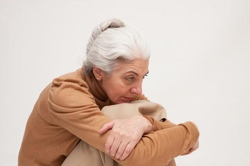人物 女性 外国人 外人 外国人女性  外人女性 高齢者 老人 年配 シニア  シルバー モデル 60代 70代 白髪  ポーズ 屋内 スタジオ撮影 白バック 白背景 座る 体操座り 膝を抱える 考える 悩む ぼんやり 憂鬱 落ち込む 塞ぎこむ mdfs004