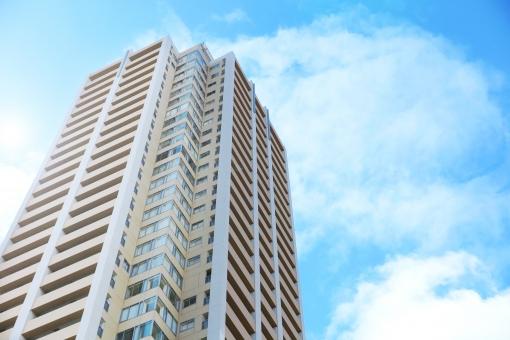 青空と高層タワーマンションの写真