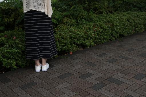 女性 曇り じめじめ 梅雨 夏 6月 植物 自然 草 タイル スニーカー スカート 後ろ姿 下半身 足