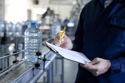 人物 男性 手 手元 アップ 資料 報告書 チェックシート 確認書 書く 記入する 調査 チェック 検査 工場 製造業 製造工場 水 飲料水 飲用水 飲水 ミネラルウォーター ペットボトル ライン 流れ作業 ボトル 品質管理