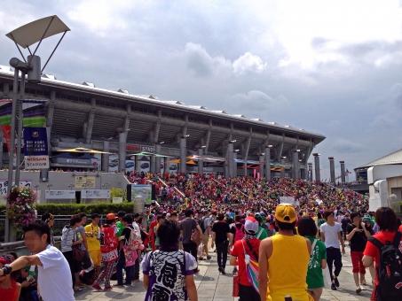 スタジアム 球場 サッカースタジアム 競技場 雑踏 人ごみ 群衆 ライブ コンサート 風景 景色 晴天 快晴 雲 巨大建造物 建物 建造物 建築 建築物 ももクロ ももいろクローバーZ 横浜 夏の風景 夏の景色