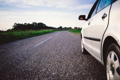 交通   乗物   乗り物   車   自動車    乗用車    運転   ドライブ   お出かけ   趣味    レジャー   停車 駐車 屋外 外  郊外 車体 アップ 道 道路 砂利道 風景 景色 田舎 田園 空 雲