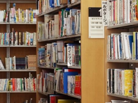 図書室 本 読書 書架 資料 閲覧 立ち読み 読書の秋 受検勉強 自習 書物 趣味 調べ物 文学 文芸 娯楽 カルチャー 知識 ライブラリー 学習 学ぶ 教育 施設 書籍 本棚 ルポタージュ ガイドブック 司書 蔵書 探す