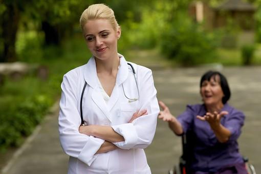 屋外 野外 外 病院 庭 公園 外国人 老人 高齢者 女性 おばあさん おばあちゃん 患者 女医 白人 金髪 白衣 医師 医者 スカート 車椅子 車いす 乗る 座る 散歩 歩く 立ち止まる 止まる 背を向ける 置いていく 見放す みはなす スパルタ リハビリ お願い 笑顔 笑う  mdfs016 mdff142