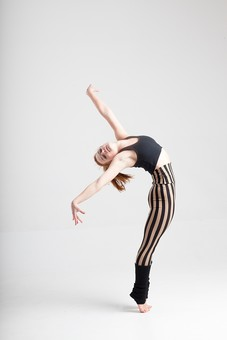 ダンス ダンサー ポーズ 体勢 姿勢 体位 ステップ 踊る 踊り 運動 スポーツ 振り付け 振付 振り 女性 女 外国人 若い 全身 手 腕 両手 両腕 上げる 万歳 バンザイ 反る 反らす 弓なり アーチ カーブ 湾曲 つま先 つま先立ち 背景 白 ホワイト mdff128