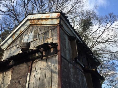 建物 家 建築 建造物 ローアングル 空 青空 木造 古い レトロ 古びた 空き家 空家 壁 木 家屋
