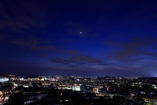 夜 夜景 月 景色 風景 街並 町並み 電気 光 空 雲 月 星 都会 住宅 家 マンション 住まい ホーム 建物 ビル 月明かり 日常 帰宅 ライト