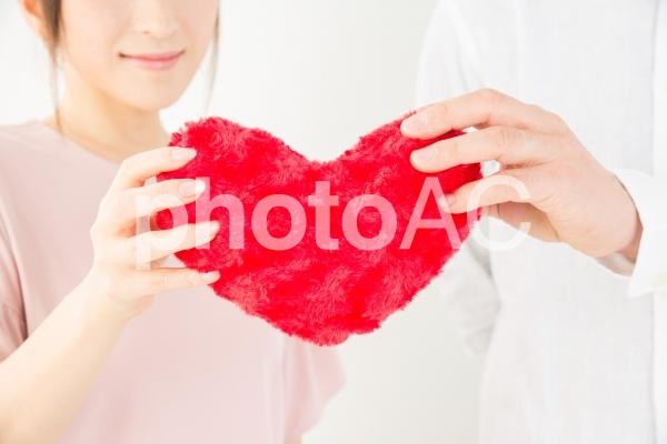 ハートを持つ男女の写真