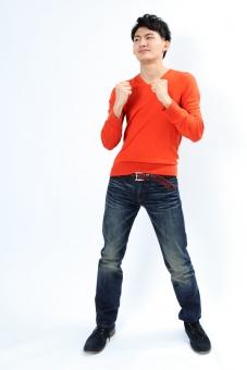 人物 生物 人間 男性 若い 青年 アジア アジア人 日本 日本人 ポーズ モデル ラフ 私服 オフ 赤い オレンジ 立つ ボディランゲージ 示す 伝える 意志 コミュニケーション ガッツポーズ 喜び 嬉しい やったー mdjm002