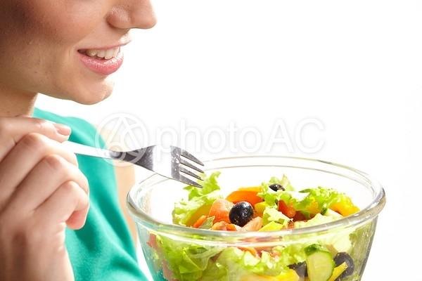 サラダを食べる女性6の写真