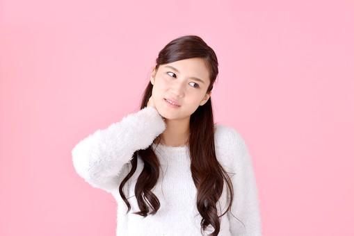 人物 女性 日本人 若者 若い  20代 美人 かわいい ロングヘア カジュアル  ラフ 私服 セーター ニット 屋内  スタジオ撮影 背景 ピンク ピンクバック ポーズ  おすすめ 上半身 首 首筋 痛い 照れる 恥じる mdjf007