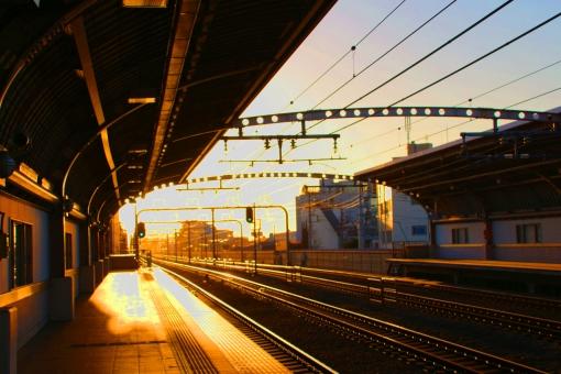 夕方 太陽 夕日 駅 ホーム 電車 小田急 綺麗 オレンジ 空 電線 かげ 影 日陰
