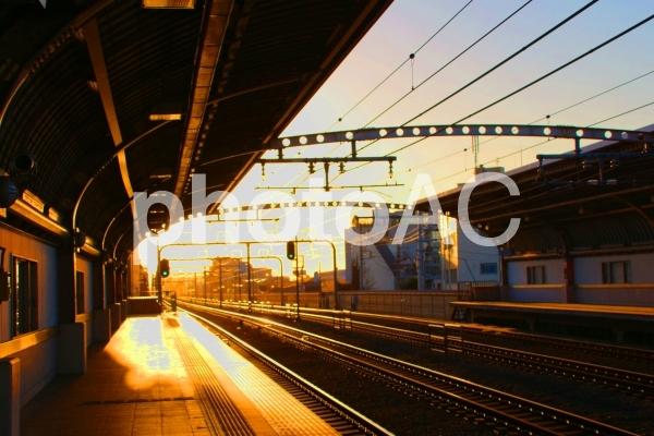 夕方の駅のホームの写真