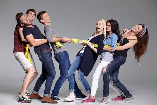 人物 外国人 モデル 男性 女性  男女 複数 グループ 仲間 友達  20代 若者たち 大学生 スタジオ撮影 白バック  白背景 ファッション カジュアル 6人 布 ロープ 引っ張る 綱引き 楽しい 楽しげ 無邪気 屈託のない 笑顔 取り合い 対抗 抵抗 mdff025 mdff026 mdff027 mdfm007 mdfm008 mdfm009