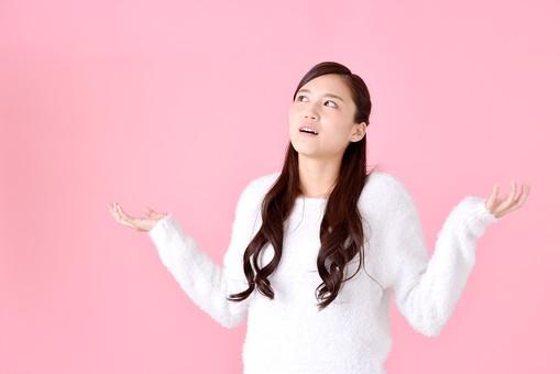 人物 女性 日本人 若者 若い  20代 美人 かわいい ロングヘア カジュアル  ラフ 私服 セーター ニット 屋内  スタジオ撮影 背景 ピンク ピンクバック ポーズ  おすすめ 両手 広げる 呆れる 残念 お手上げ 上半身 mdjf007