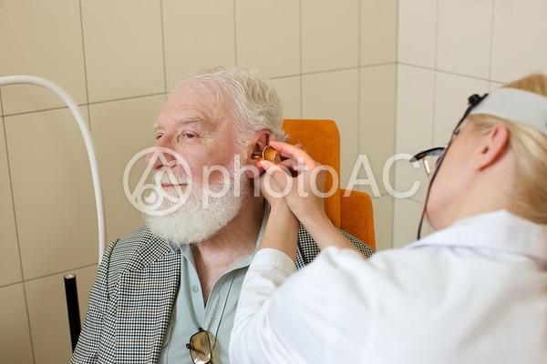 耳鼻科で診察を受ける外国人老人男性と外国人女医16の写真