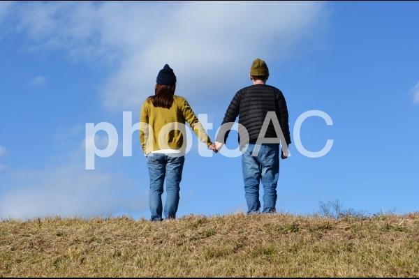 手をつなぐ夫婦の写真