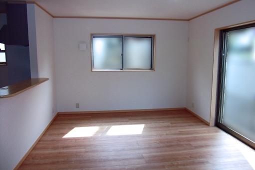 住宅 リビングルーム リビング フローリング 部屋 内装 インテリア 家 住居 家屋 窓 壁 サッシ 陽だまり 陽ざし 陽光 白い壁 新築 物件 建物 建造物 建築物 洋間 洋室 風景 景色