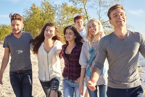 人物 外国人 モデル 男性 女性   男女 複数 グループ 仲間 友達   20代 若者たち 大学生 屋外 野外 自然 空 湖 水辺 水際 仲良し 並ぶ 一列 歩く 前進 進む 笑顔 楽しい 爽やか 青春   mdff025 mdff026 mdff027 mdfm007 mdfm008 mdfm009