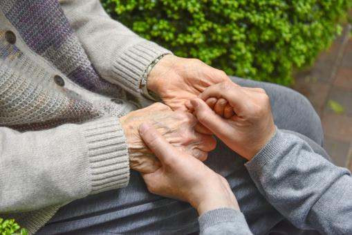 高齢者の介護 手を握るの写真