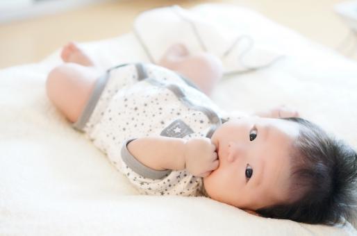 寝転ぶ赤ちゃんの写真