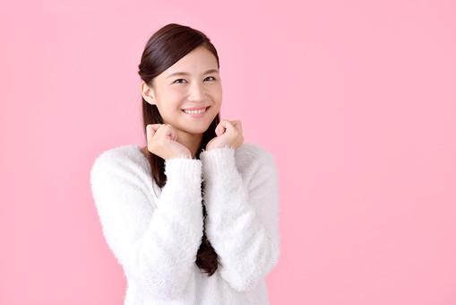 人物 女性 日本人 若者 若い  20代 美人 かわいい ロングヘア カジュアル  ラフ 私服 セーター ニット 屋内  スタジオ撮影 背景 ピンク ピンクバック ポーズ  おすすめ 上半身 笑顔 うれしい 嬉しい わくわく やったー mdjf007