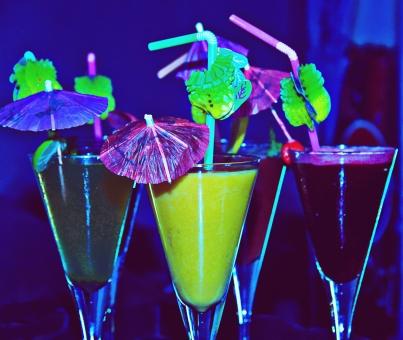 カクテル アルコール 飲み物 ドリンク カラフル グラス カクテルグラス バー クラブ ストロー ジュース お酒 飲み会 乾杯 パーティー 集まり 女子会 居酒屋 飲み会 夜 大人 原色 黄色  飾り 傘