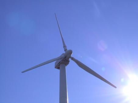 風力発電 自然エネルギー 風力 クリーンエネルギー 再生可能エネルギー 発電 風力発電所 発電所 風力エネルギー エネルギー 代替エネルギー ウインドファーム ウィンドファーム 電気 エネルギー源 温室効果ガス 青空 光 逆光 プロペラ エコ エコロジー eco 快晴 晴れ 省エネ 省エネルギー 環境 環境保護 自然保護
