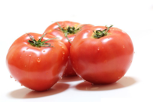 トマト 野菜 食物 フード 食品 食料 食事 植物 食材 果菜 白バック 白背景 ホワイトバック ナス科 低カロリー 健康 赤色 ベジタブル 果実 赤み レッド 三個 丸み サラダ 果物 青果