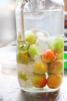 梅酒の梅を洗う 梅 ウメ うめ 梅酒 ウメシュ うめしゅ 下準備 ホワイトリカー 氷砂糖 お酒 アルコール おさけ 果実酒