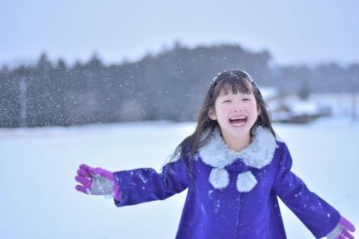 雪と笑顔の女の子の写真